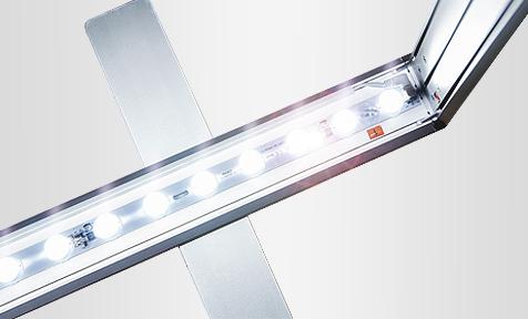 Kirkkaat LED valot valokaapin sisällä